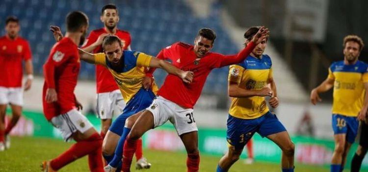 Pedrinhorodeado de jogadores do Estoril na vitória do Benfica na Taça